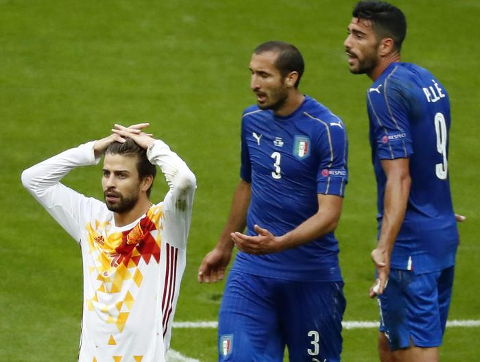 epa05394985 Gerard Pique (L) of Spain reacts next to Giorgio Chiellini (C) and Graziano Pelle (R) of Italy during the UEFA EURO 2016 round of 16 match between Italy and Spain at Stade de France in St. Denis, France, 27 June 2016. (RESTRICTIONS APPLY: For editorial news reporting purposes only. Not used for commercial or marketing purposes without prior written approval of UEFA. Images must appear as still images and must not emulate match action video footage. Photographs published in online publications (whether via the Internet or otherwise) shall have an interval of at least 20 seconds between the posting.)  EPA/IAN LANGSDON   EDITORIAL USE ONLY